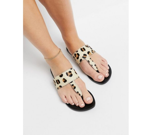 DESIGN Function leather toe thong sandals in leopard